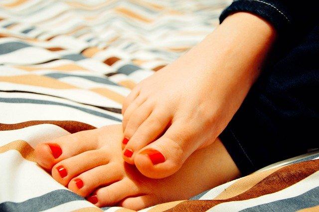 nalakované nehty na nohou