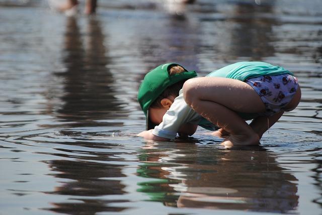 dítě si hraje ve vodě