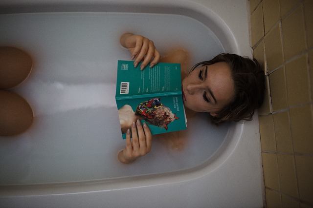 koupel s knihou