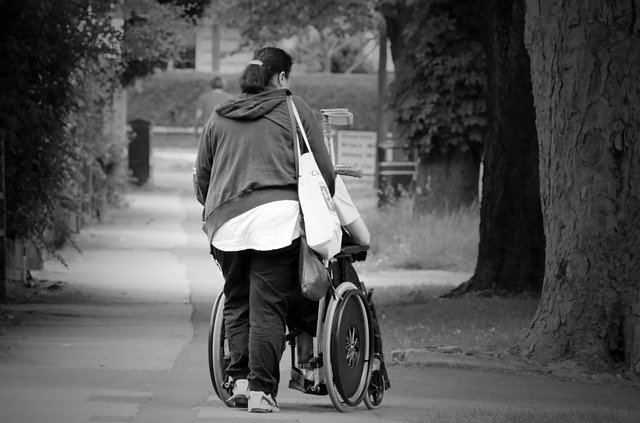 žena s invalidou